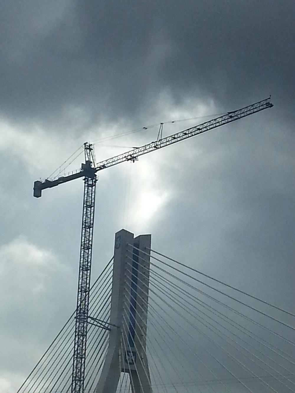Żuraw wieżowy przy budowie mostu Rzeszowskiego